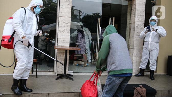 Pasien tanpa gejala Covid-19 disemprot disinfektan saat tiba di Hotel U Stay Mangga Besar, Sawah Besar, Jakarta, Senin (28/9/2020). Saat ini sudah ada 30 hotel bintang dua dan tiga yang disiapkan menjadi tempat isolasi pasien Covid-19 tanpa gejala. (Liputan6.com/Faizal Fanani)