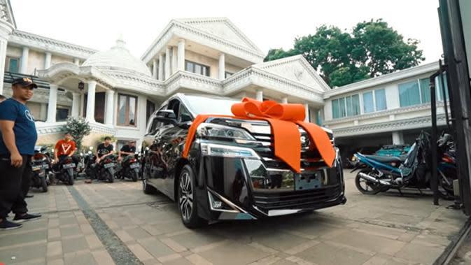 Melalui akun channel keluarganya, The Hermansyah A6, Ashanty tampak terkejut dengan hadiah yang diberikan oleh Anang. Mobil baru impian Ashanty dihias pita besar di bagian depannya baru datang. (Youtube/The Hermansyah A6)