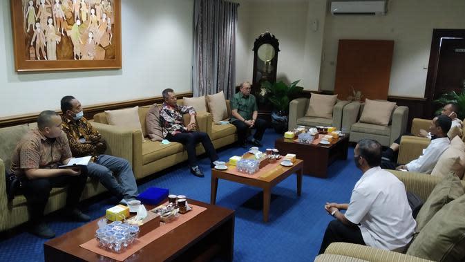 Para perwakilan PT LIB saat bertemu dengan jajaran Pemkab Sleman di Kantor Bupati Sleman, Rabu (29/7/2020). (Bola.com/Vincentius Atmaja)