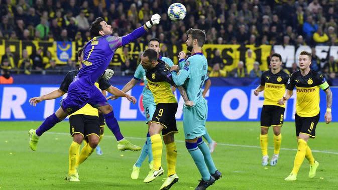 Kiper Borussia Dortmund, Roman Burki, menepis bola saat melawan Barcelona pada Liga Champions di Stadion Signal Iduna Park, Selasa (18/9/2019). Kedua tim bermain imbang 0-0. (AP/Martin Meissner)
