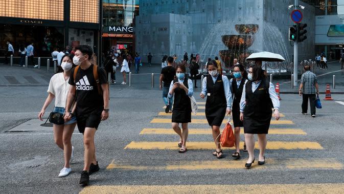 Sejumlah warga mengenakan masker karena kekhawatiran penyebaran virus corona COVID-19 di Kuala Lumpur, Malaysia, Senin (16/3/2020). Malaysia memberlakukan lockdown nasional karena melonjaknya jumlah kasus virus corona COVID-19. (Syaiful REDZUAN/AFP)