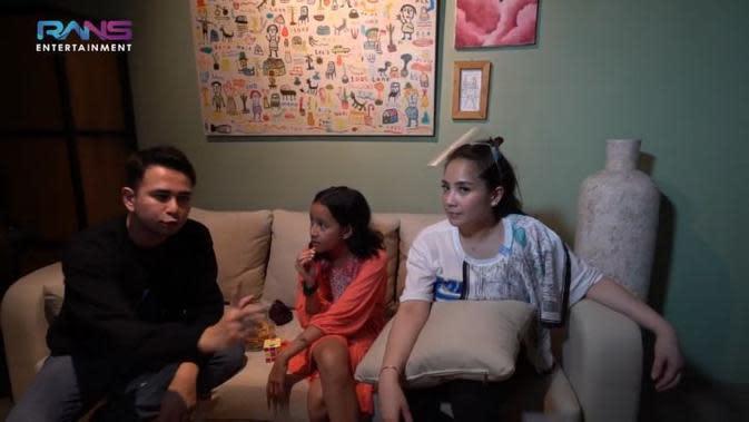 Raffi Ahmad dan Nagita Slavina berkunjung ke kediaman mereka, setelah berkeliling di rumah The Sasono Family, Raffi dan Gigi pun berbincang-bincang. Namun ada yang mengharukan, di mana ketiga anak Dwi Sasono memberikan pesan. (Instagram/widimulia)