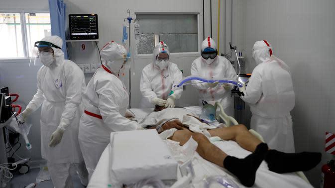 Dokter dan perawat menghubungkan ventilator ke pasien COVID-19 di ICU Rumah Sakit Nasional di Itagua, Paraguay, Senin (7/9/2020). (AP Photo/Jorge Saenz)