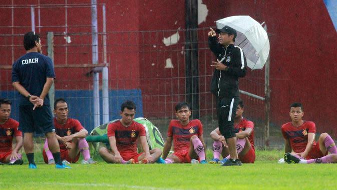 Joko Susilo ingin pemain Persik bisa menempati minimal dua posisi berbeda pada Liga 1 2020. (Bola.com/Gatot Susetyo)