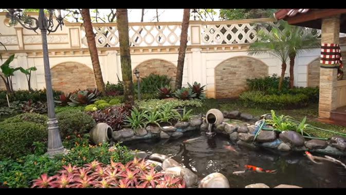 Sule mengaku, dulu tamannya yang gersang di sulap menjadi asri dengan banyak tanaman. Selain itu juga ada kolam yang sedang di renovasi. (Youtube/Boy William)