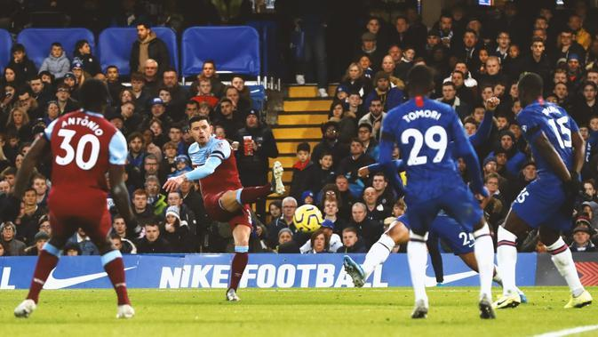 Bek kiri West Ham United, Aaron Cresswell mencetak gol ke gawang Chelsea dalam lanjutan Premier League 2019-2020, Sabtu (11/30/2019). (Dok. Twitter/WestHam)