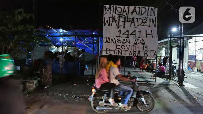 Kondisi lalu lintas saat sejumlah warga memukul bedug di kawasan Tanah Baru, Bogor, Jawa Barat, Sabtu (23/5/2020). Di tengah pandemi virus corona COVID-19, sejumlah warga tetap merayakan malam takbiran dengan memukul bedug. (Liputan6.com/Herman Zakharia)