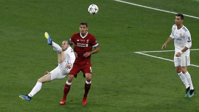 Penyerang Real Madrid, Gareth Bale, mencetak gol dengan tendangan salto ke gawang Liverpool pada laga final Liga Champions di Stadion NSC Olimpiyskiy, Kiev, Minggu (27/5/2018). Real Madrid menang 3-1 atas Liverpool. (AP/Darko Vojinovic)