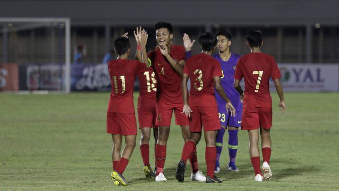 Pemain Timnas Indonesia U-16 merayakan kemenangan atas Brunei Darussalam pada laga babak Kualifikasi Piala AFC U-16 2020 di Stadion Madya, Jakarta, Jumat (20/9). Indonesia menang 8-0 atas Brunei. (Bola.com/Yoppy Renato)