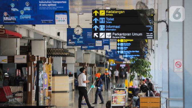 Suasana lengang di Bandara Halim Perdanakusuma, Jakarta, Rabu (1/4/2020). Akibat wabah virus corona COVID-19, PT Angkasa Pura II mencatat adanya penurunan penumpang di atas 30 persen dalam 14 hari terakhir di Bandara Halim Perdanakusuma dan Soekarno-Hatta. (Liputan6.com/Faizal Fanani)