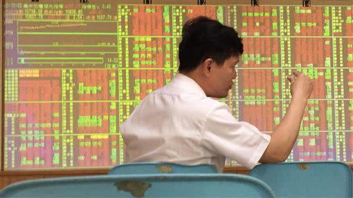 台股今日盤中漲幅收斂到百點以內,9900點得而復失。(圖/中央社)
