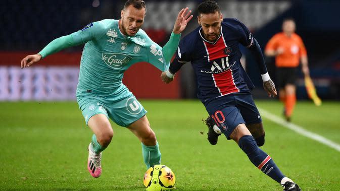 Penyerang PSG, Neymar, berebut bola dengan bek Angers, Antonin Bobichon, pada laga lanjutan Liga Prancis di Parc des Princes, Sabtu (3/10/2020) dini hari WIB. PSG menang 6-1 atas Angers. (AFP/Franck Fife)