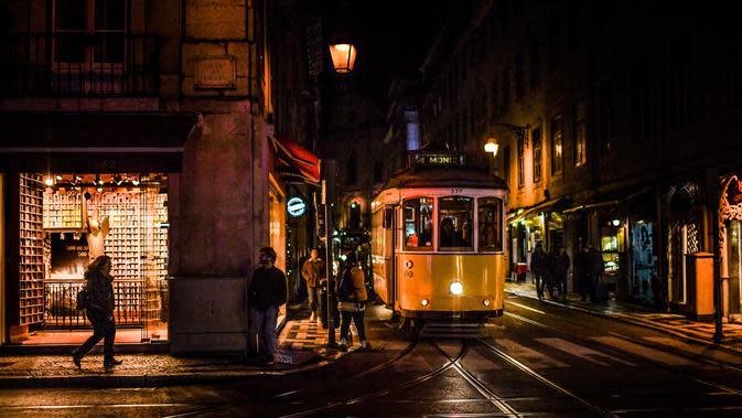 Sebuah trem melintas di jalan di Lisbon 17/12). Penduduk kota ini berjumlah 600.000 jiwa dan di daerah metropolitan sekitar 2,5 juta jiwa. Jumlah ini kira-kira 1/3 penduduk Portugal. (AFP Photo/Patricia De Melo Moreira)