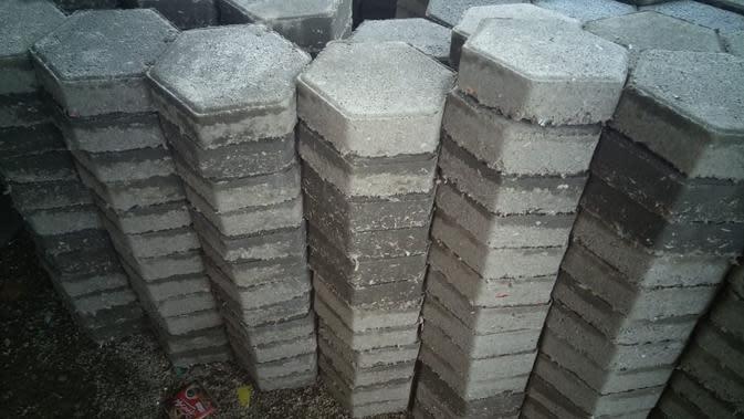Produk pertama Rebricks, paving block, yang dibuat menggunakan sampah plastik kemasan. | Rebricks