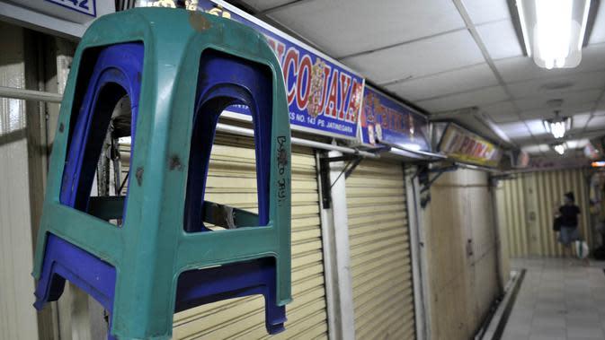 Suasana saat sebagian pertokoan tutup di Pasar Jatinegara, Jakarta, Kamis (26/3/2020). Pedagang yang masih tetap membuka toko pun mengeluh karena penjualan menurun hingga 80 persen. (merdeka.com/Iqbal S. Nugroho)