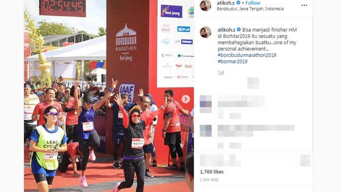 Istri Ganjar Pranowo, Siti Atiqoh Supriyanti saat menyentuh garis finish Borobudur Marathon 2019. (dok. Instagram @atikoh.s/https://www.instagram.com/p/B49iSSAHZvE/Putu Elmira)