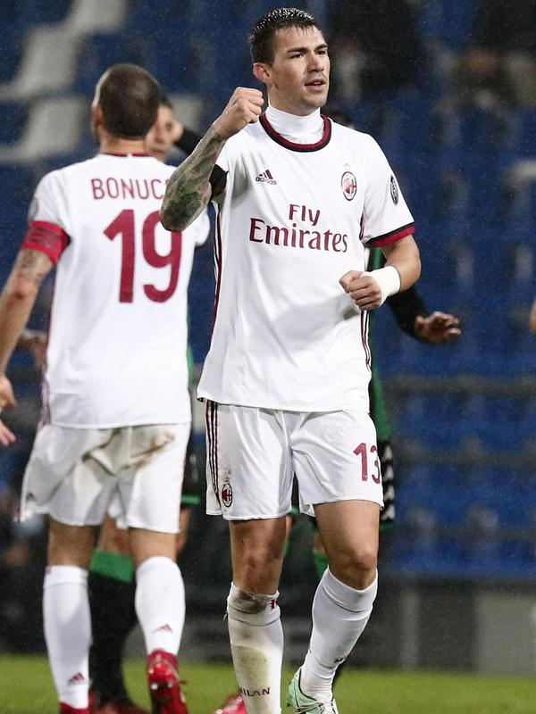 Bek AC Milan, Alessio Romagnoli melakukan selebrasi usai mencetak gol ke gawang Sassuolo pada lanjutan Liga Serie A Italia di Stadion Mapei di Reggio Emilia (5/11). Milan menang dengan skor 2-0 atas Sassuolo. (Elisabetta Baracchi / ANSA via AP)