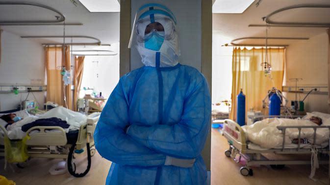 Ilustrasi tenaga kesehatan tengah beristirahat saat merawat pasien virus corona atau COVID-19 di sebuah rumah sakit. (Chinatopix via AP)