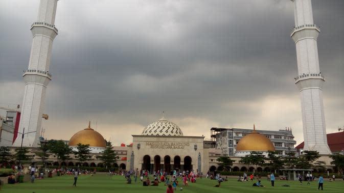 Terapkan Protokol Kesehatan, Salat Jumat di Masjid Raya Bandung Dihadiri 2.000 Jemaah