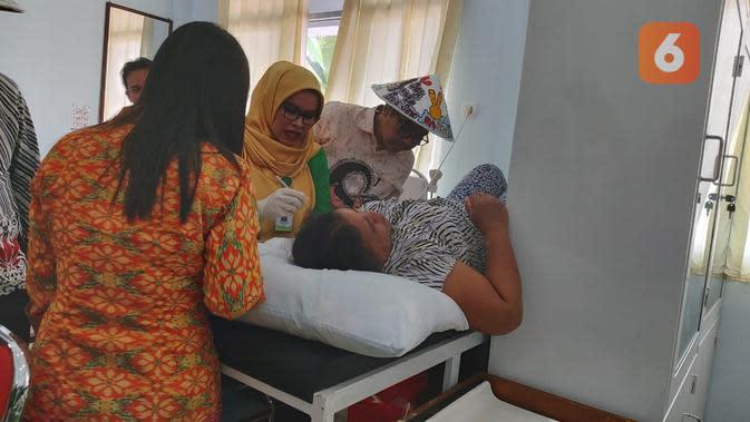 Kepala BKKBN, Hasto Wardoyo saat melihat langsung proses pemasangan alat kontrasepsi susuk di Puskesmas Balai Karangan, perbatasan Kalimantan Barat dengan Malaysia pada Sabtu, 15 Februari 2020 (Foto: Aditya Eka Prawira/Liputan6.com)