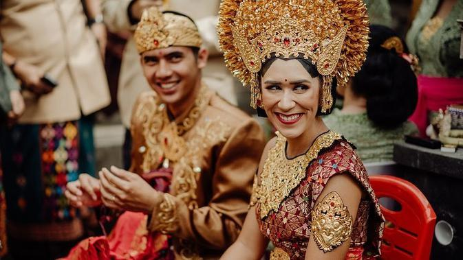 Dalam foto tersebut, Westny DJ dan Wayan tampak menawan dengan menggunakan baju pernikahan adat Bali. (Liputan6.com/IG/@westnydj)