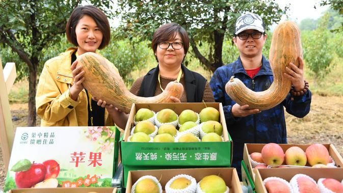 Para petani buah memamerkan produk-produk pertanian pada pembukaan acara perayaan untuk menandai festival panen petani China di Distrik Pinggu, Beijing, ibu kota China, pada 24 September 2020. (Xinhua/Ren Chao)