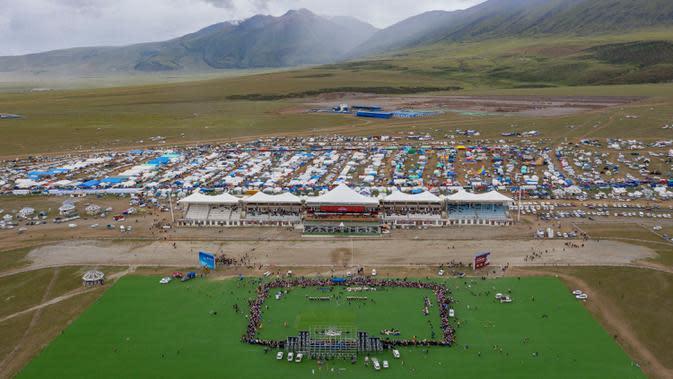 Foto dari udara pada 10 Agustus 2020 memperlihatkan kompetisi tarik tambang yang digelar di Wilayah Damxung, Daerah Otonom Tibet, China. Dengan mengenakan pakaian tradisional, para penggembala dari sejumlah desa di Wilayah Damxung berpartisipasi dalam permainan tradisional itu. (Xinhua/Jigme Dorje)