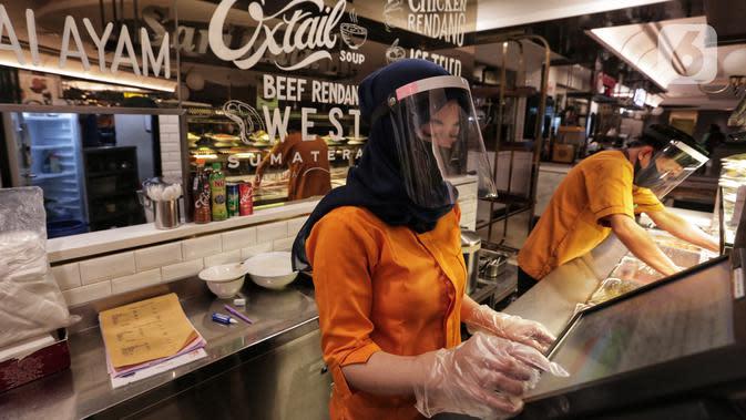 Pekerja mengenakan masker dan berpelindung wajah saat bertugas di Senayan City, Jakarta, Selasa (9/6/2020). Senayan City siap menyambut pengunjung kembali pada 15 Juni 2020 dengan menyiapkan alat sterilisasi hingga pembatasan untuk jarak antar pengunjung dan tenant. (Liputan6.com/Johan Tallo)