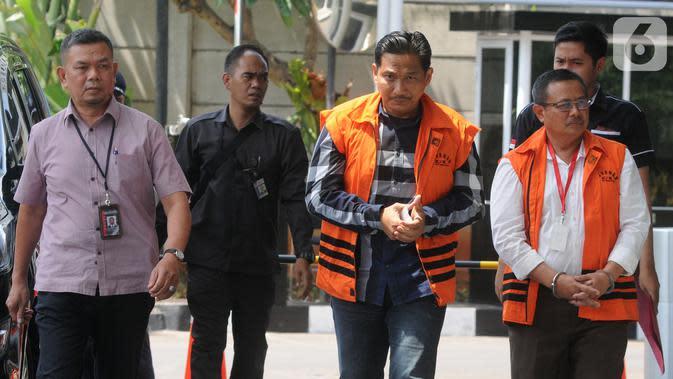 Terpidana mantan anggota DPR F-Golkar Bowo Sidik Pangarso (tengah) dan Bupati Indramayu Supendi (kanan) tiba di Gedung KPK, Jakarta, Senin (21/10/2019). Bowo diperiksa terkait suap distribusi pupuk, sedangkan Supendi terkait suap pengaturan proyek Pemkab Indramayu. (merdeka.com/Dwi Narwoko)