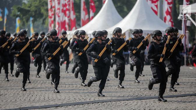 Eskrima Brimob bersiap melakukan aksi bela bela diri dalam HUT ke-73 Bhayangkara di Monas, Jakarta, Rabu (10/7/2019). HUT ke-73 Bhayangkara ini bertemakan 'Dengan Semangat Promoter, Pengabdian Polri untuk Masyarakat, Bangsa dan Negara. (Liputan6.com/Faizal Fanani)
