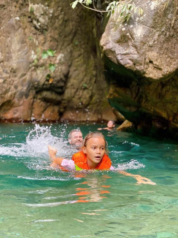 Mereka juga berenang di salah satu objek air terjun yang memang terkenal di sana. Melaney menceritakan suasana dingin yang mereka rasakan saat itu. (Instagram/melaney_ricardo)