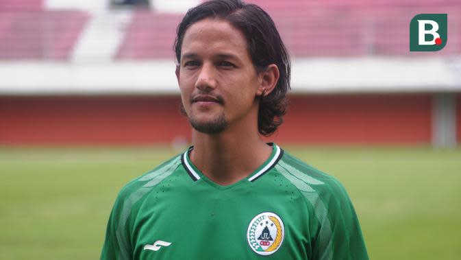 Irfan Bachdim saat perkenalan sebagai pemain baru PSS Sleman. (Bola.com/Vincentius Atmaja)