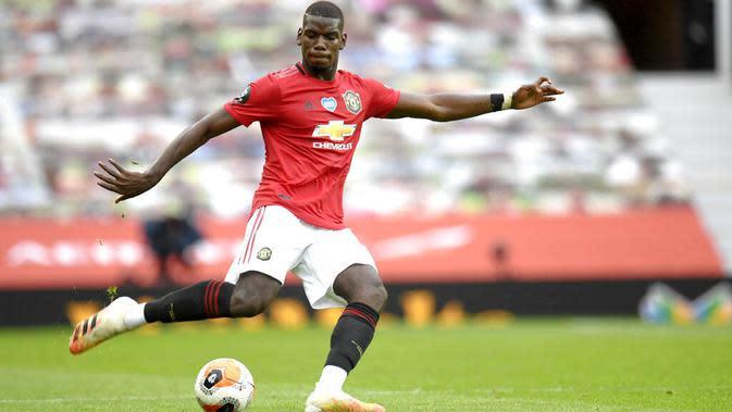 Pemain Manchester United, Paul Pogba, melepaskan tendangan saat melawan Bournemouth pada laga Premier League di Stadion Old Trafford Sabtu (4/6/2020). Manchester United menang 5-2 atas Bournemouth. (AP/Peter Powell)