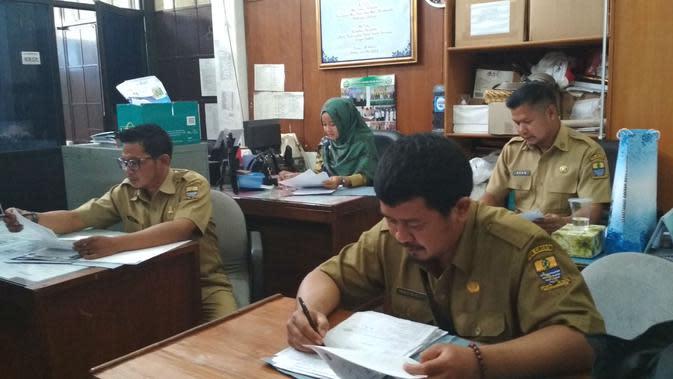Pemerintah Kota Cirebon digegerkan dengan beredarnya surat palsu pengangkatan tenaga honorer K2. Foto (Liputan6.com / Panji Prayitno)