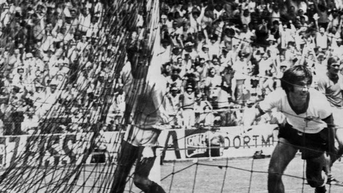 Gerd Muller mencetak gol kemenangan Jerman pada pertandingan perempat final Piala Dunia 1970. (AFP)