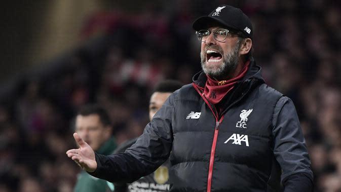 Pelatih Liverpool, Jurgen Klopp, memberikan kepada pemainnya saat menghadapi Atletico Madrid pada leg pertama 16 besar Liga Champions di Stadion Wanda Metropolitano, Madrid, Rabu (19/2) dini hari WIB. Atletico menang 1-0 atas Liverpool. (AFP/Javier Soranio)