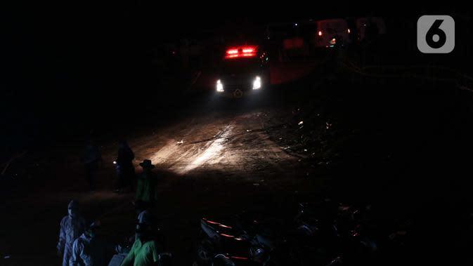 Ambulance mengantar jenazah dengan protokol COVID-19 di TPU Pondok Ranggon, Jakarta, Sabtu (19/9/2020). Hari ini Sabtu (19/9), 44 jenazah dimakamkan dengan protokol COVID-19 di TPU Pondok Ranggon sementara pada Jumat (18/9) 36 jenazah dan Kamis (17/9) 41 jenazah. (Liputan6.com/Helmi Fithriansyah)