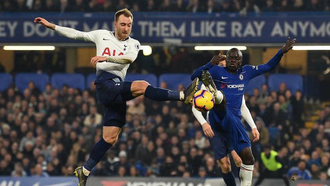Aksi Christian Eriksen berduel dengan Ngolo Kante pada laga lanjutan Premier League yang berlangsung di stadion Stamford Bridge, London, Kamis (28/2). Chelsea menang 2-0 atas Tottenham Hotspur. (AFP/Glyn Kirk)
