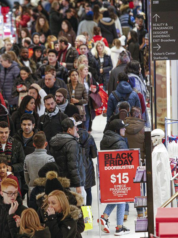 Konsumen tiba di gerai pusat perbelanjaan Macy saat acara penjualan Black Friday dimulai lebih awal di New York, Kamis (28/11/2019). Selama Black Friday yang dimulai sejak tahun 1960-an,warga Amerika merayakan tradisi dengan belanja dan berburu diskon-besaran. (Kena Betancur/Getty Images/AFP)