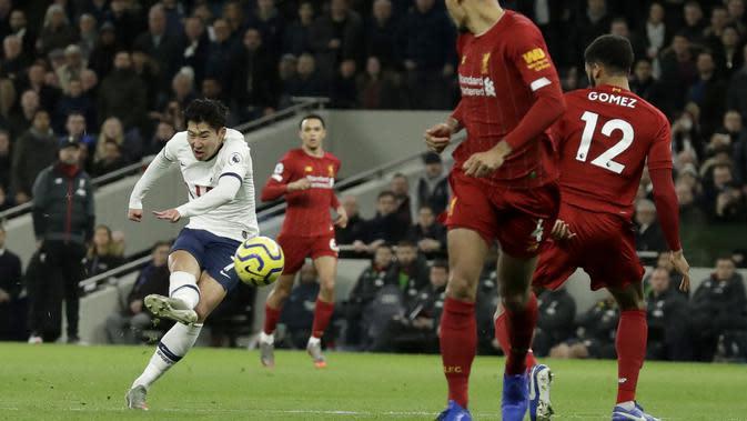 Penyerang Tottenham Hotspur, Son Heung-min menembak bola ke arah gawang Liverpool saat bertanding di Liga Inggris di Stadion Tottenham Hotspur di London, Inggris, Sabtu (11/1/2020). Liverpool menang 1-0 atas Tottenham. (AP Photo/Matt Dunham)