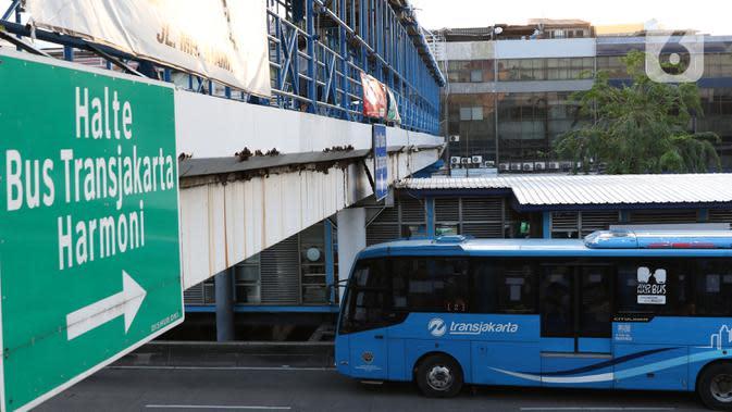 Bus melintas halte transjakarta Harmoni, Jakarta, Kamis (1/10/2020). Pemberlakuan PSBB II berdampak pada menurunya pengguna transjakarta, selama dua pekan penerapan jumlah pengguna transjakarta tercatat 3.632.047. (Liputan6.com/Helmi Fithriansyah)