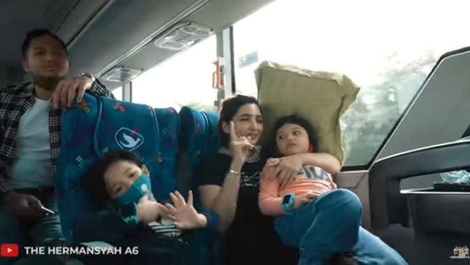 Ashanty mengaku, bahwa memutuskan liburan keluarga besar ini setelah di nyatakan bebas covid-19 setelah melalui test. Dari Jakarta, rombongan keluarga Asix ini menumpang bus. (Youtube/ The Hermansyah A6)