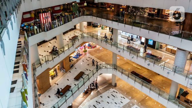 Suasana pusat perbelanjaan yang relatif sepi pengunjung di Mal Grand Indonesia, Jakarta, Selasa (17/3/2020). Seiring meluasnya virus corona Covid-19 di Indonesia, pengunjung pusat perbelanjaan atau mal langsung turun drastis dengan penurunan fluktuatif sekitar 10-15%. (Liputan6.com/Faizal Fanani)