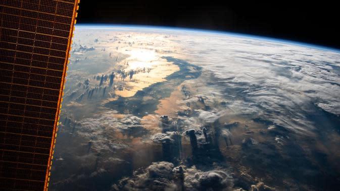 Momen langka ketika Stasiun Angkasa Luar Internasional (ISS) NASA terbang di atas Indonesia, 3 Juli 2019. (NASA)