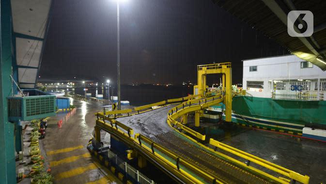 Suasana aktivitas penyeberangan di Pelabuhan Merak, Banten, Selasa (19/5/2020). Penyeberangan hanya diizinkan bagi calon penumpang yang mengantongi dokumen bebas virus corona COVID-19, sedangkan untuk kendaraan hanya angkutan logistik. (merdeka.com/Imam Buhori)