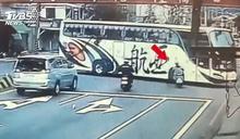 校車左轉彎 對向少女機車直衝撞斷腿