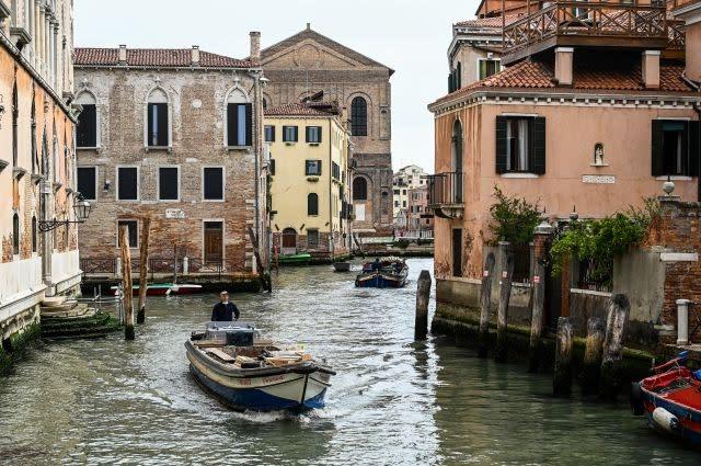 Venice locals beckon visitors back to the 'dead city'