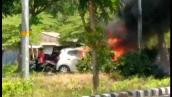Sebuah mobil terbakar di Suramadu, sisi Bangkalan, Jawa Timur, Senin (7/9/2020). Foto: Liputan6.com/Dian Kurniawan)