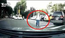 學生揮手「要車先過」 駕駛一轉彎遭警攔下