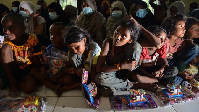 Kondisi para pengungsi saat menunggu pendataan dan tes Covid-19 di pusat penampungan sementara, bekas kantor Imigrasi Punteuet di Lhokseumawe, Aceh Utara (26/6/2020). (AFP Photo/CHAIDEER MAHYUDDIN)